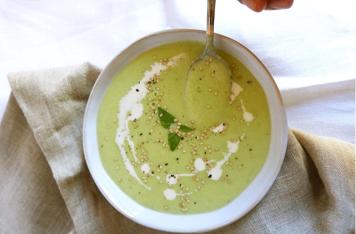 Sopa fría de pepino con albahaca